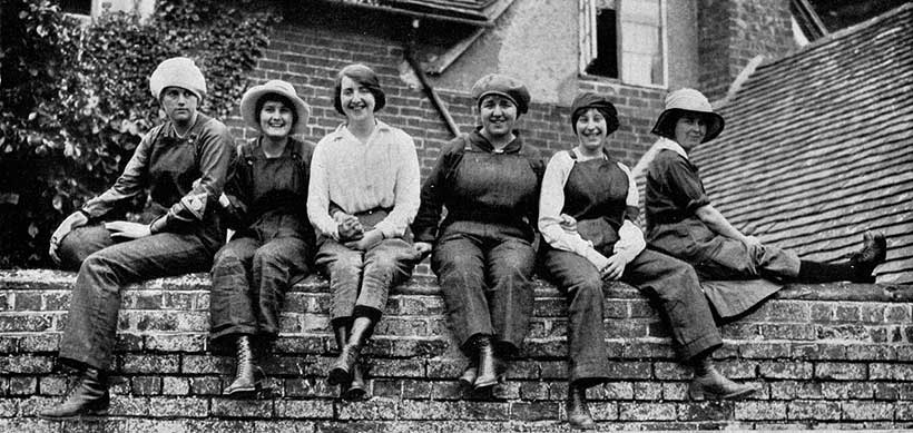 Female munitions workers in England