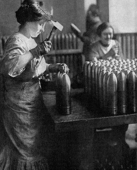 Female munitions works in France