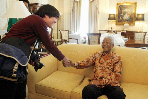 Samuel Masinter '04 shaking hands with Nelson Mandela