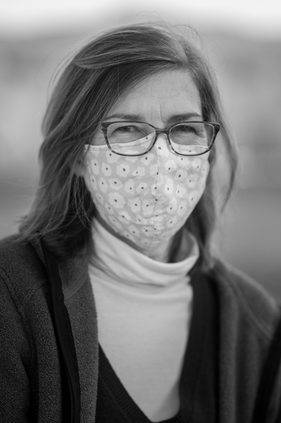 Nicola Courtright wears a mask