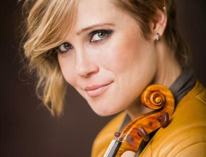 Headshot of Leila Josefowicz holding her violin to her chin
