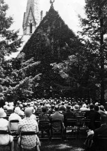 1930 Ivy Oration in front of the College Church