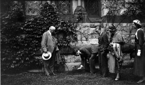 Planting ivy , 1932